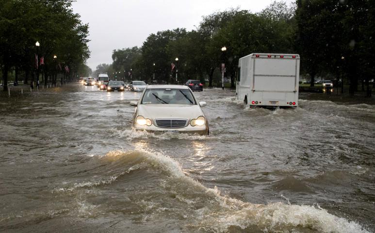 Egy hónapnyi esőt kapott a nyakába az USA fővárosa egyetlen óra alatt.