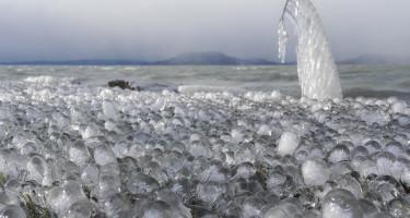 Jégbuborékok a Balatonon