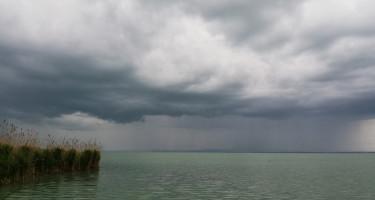 Tavaszi zivatar a Balatonon