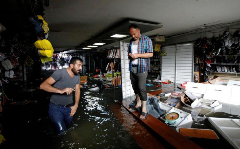 Isztambulban mindent elmos az áradás