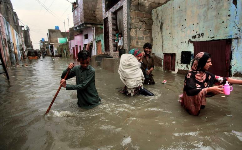 Pakisztánban már 221 halálos áldozattal járt a heves esőzés