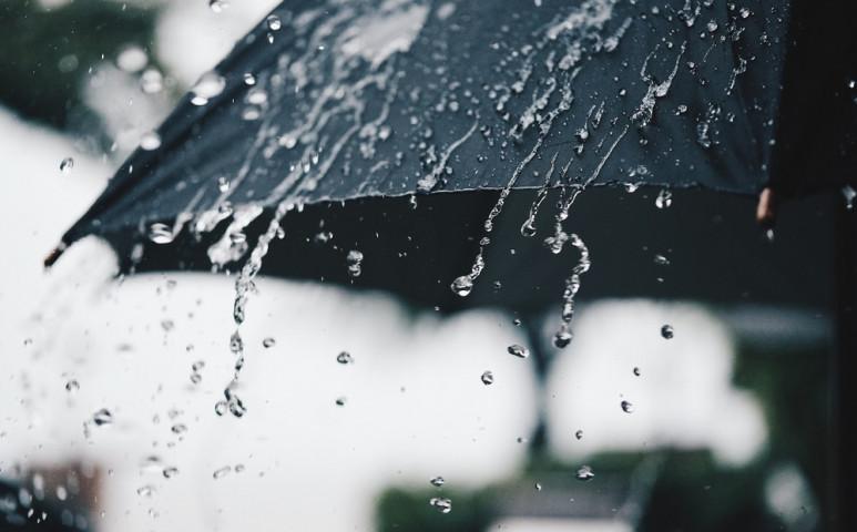Brutális meleg, és dühöngő esőzés jön