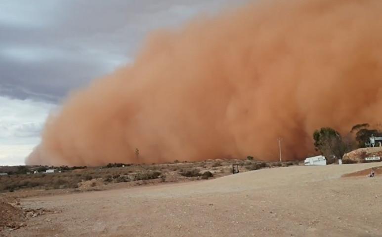 Porvihar csinált éjszakát a nap kellős közepén Ausztráliában