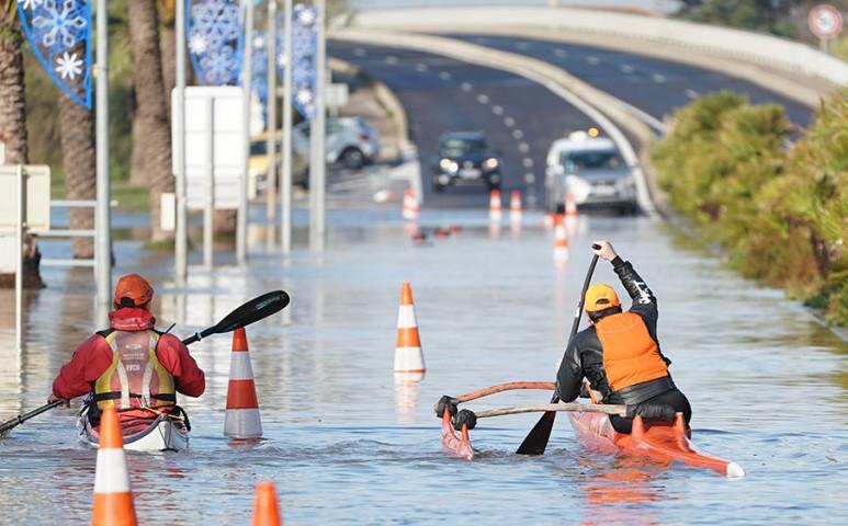 Fuldoklik Franciaország és Olaszország az esőben