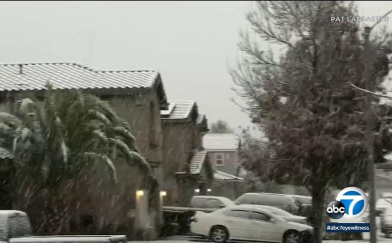 Egyszerre tombol a tűz és esik a hó Kaliforniában