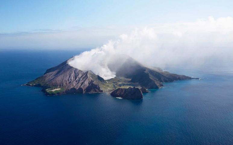 Kitört a vulkán a turisták alatt