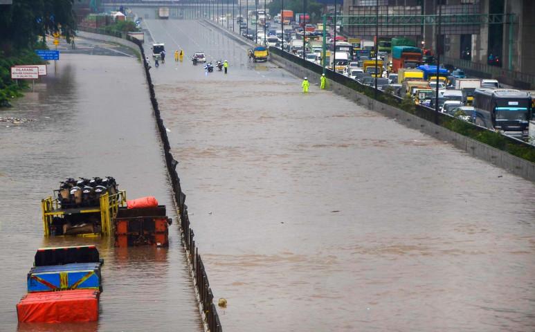 250 gyereket sodort el a víz Jakartában, 10-en meghaltak