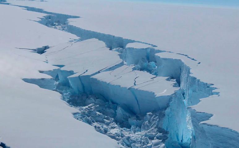 A Föld legnagyobb jéghegye kezd darabokra esni