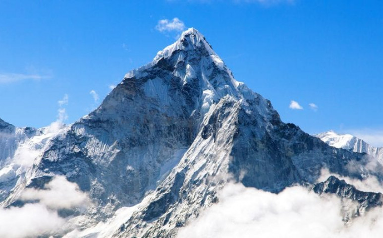 Egyelőre marad a több tonna szemét az Everesten