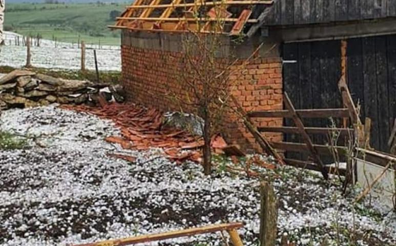 Golflabda méretű jeget és durva vihart kaptak a szerbek