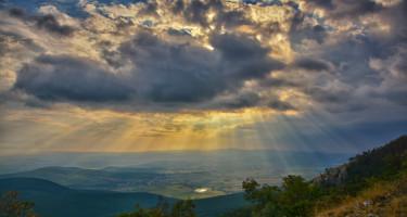 Napsugarak a felhők mögül