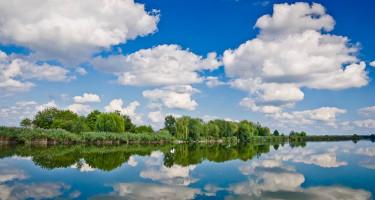 Gomolyfelhők tükröződnek a vízben