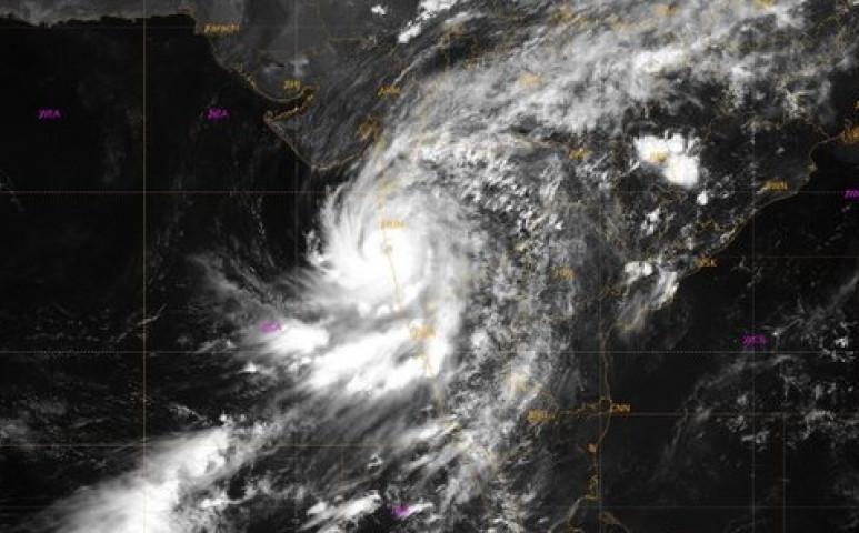 Mumbait történelmi vihar sújtja