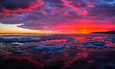 Jégtáblák az izzó naplementében