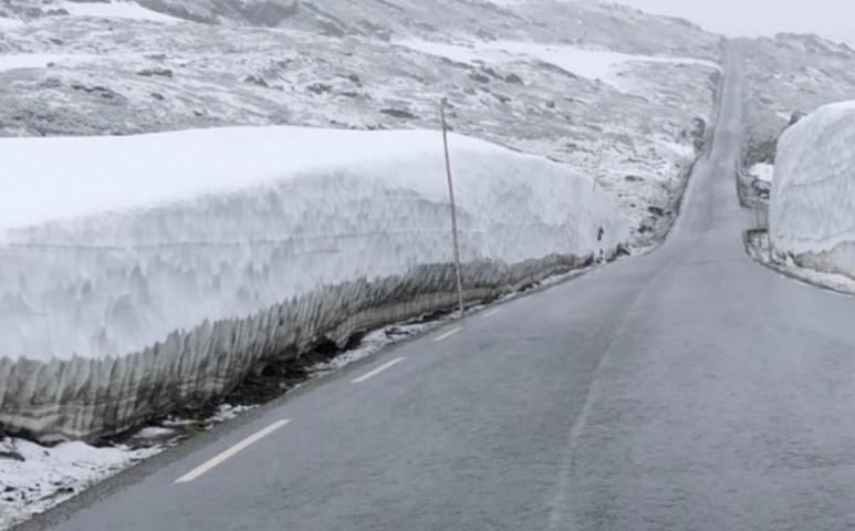 Norvégia egyik felében hőhullám, a másikban 10 méteres hó van
