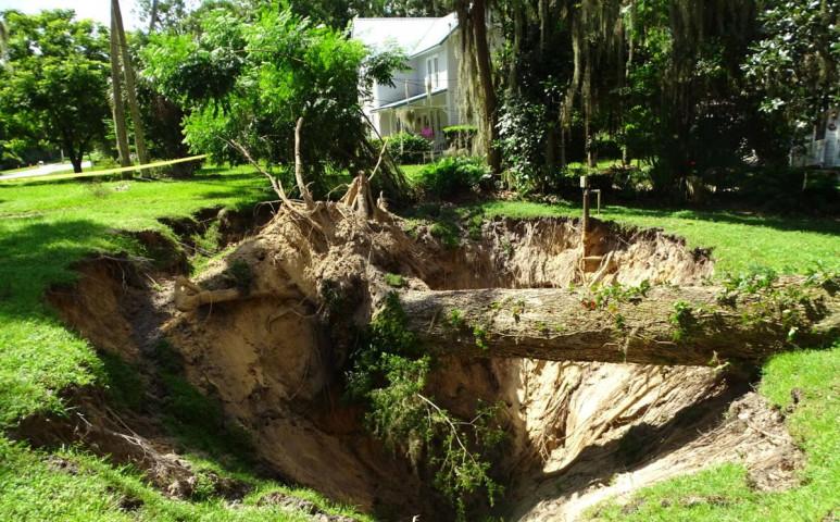Tekintélyes víznyelő nyílt egy kertben, Floridában