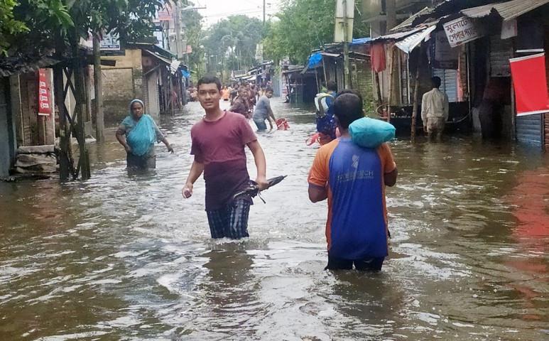 Rangpurban az emberek derékig gázolnak az árvízben