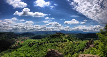 Gomolyfelhők a hegyek felett