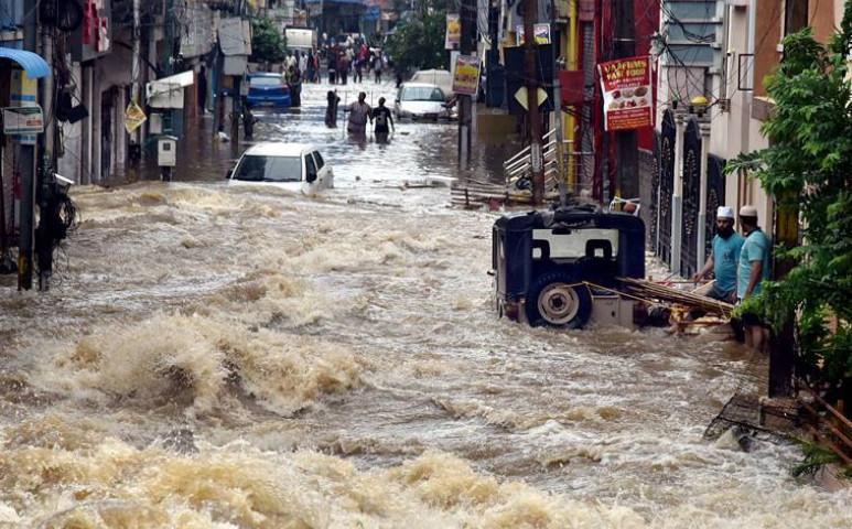 India egyik városára 100 éve nem látott vihar csapott le