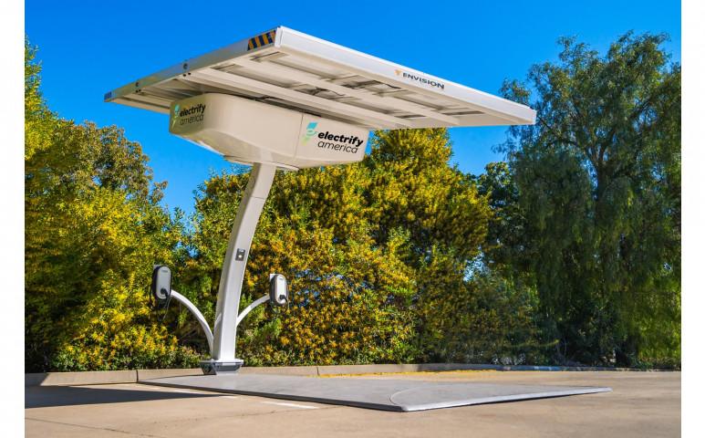 Íme a bárhol gyorsan felállítható, napelemes elektromos autó töltőállomás