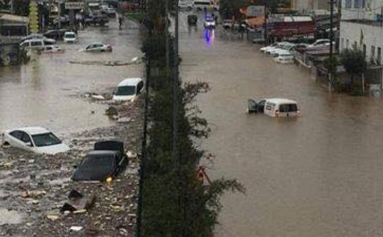 Folyók hömpölyögnek az utcákon a török üdülővárosban