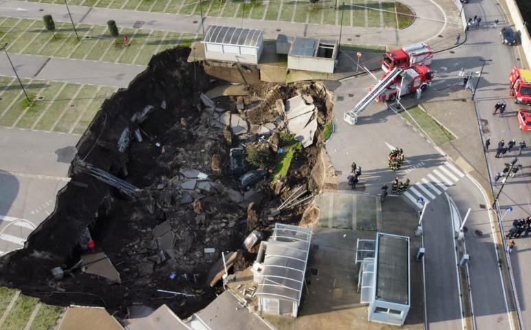 Gigantikus lyuk nyelt el több autót egy nápolyi kórház parkolójában