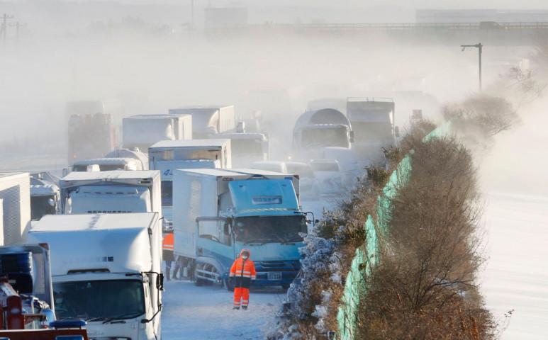 Tömegbaleset lett Japánban a hatalmas havazás egyik következménye