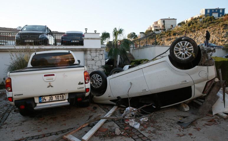 Tornádó hajigálta az autókat Izmirben