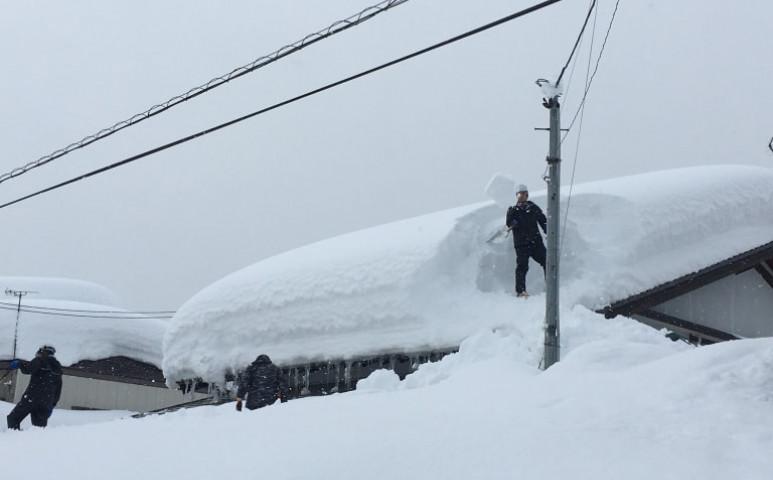 Újabb súlyos hóvihar Japánban, de most orkán erejű széllel is társul
