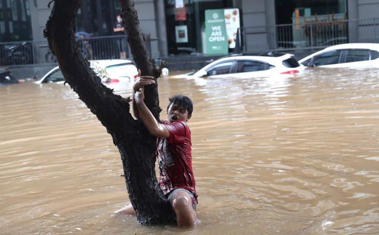 Jakartában néhol 2,7 méter magasan áll a víz