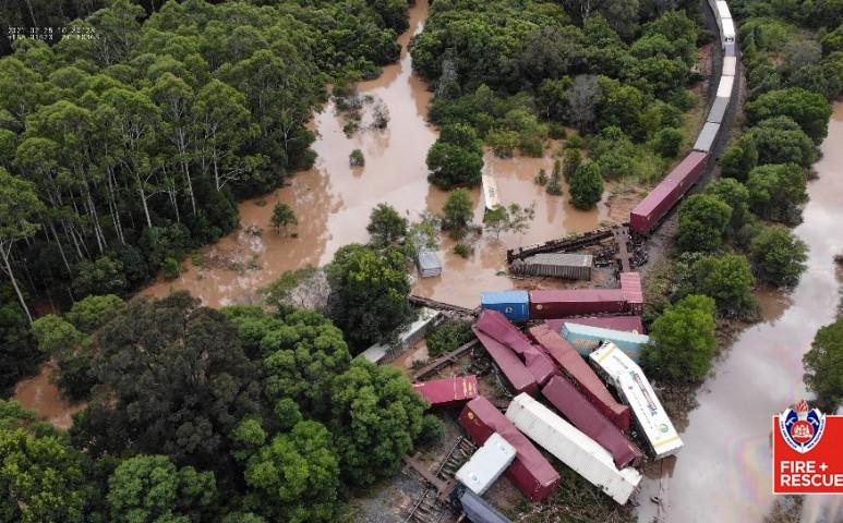 Kisiklott egy 1500 méter hosszú vonat az esőzések miatt Ausztráliában