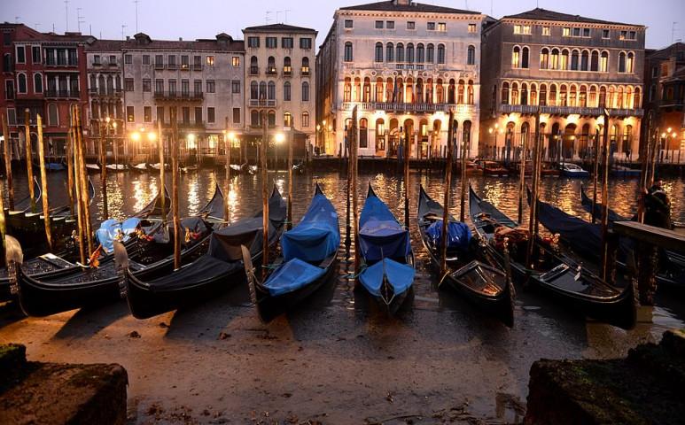 Extrém alacsony vízállás Velencében - közlekedni sem nagyon lehet