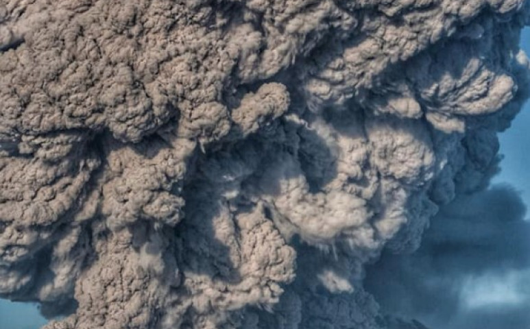Kitört a Sinabung is, 12 km-es hamufelhőt eregetve