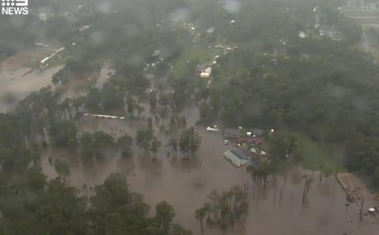 Brutális áradások Ausztráliában - kitelepítésekkel kell védekezni