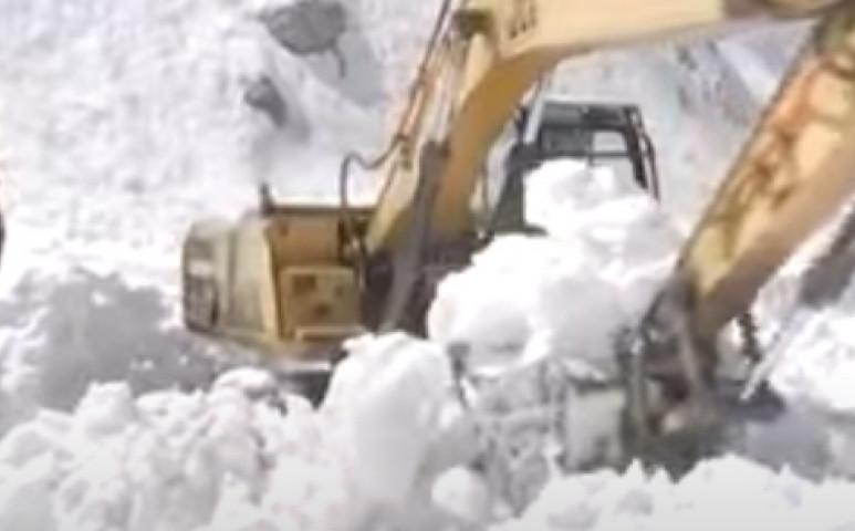 Kashmirban a havazás földcsuszamlásokat is hoz, és elzárt egy autópályát is - 300 autó rekedt az úton