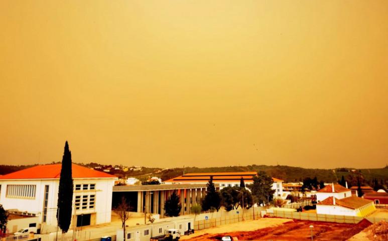 Szaharai por színezi az eget Spanyolországban és Portugáliában