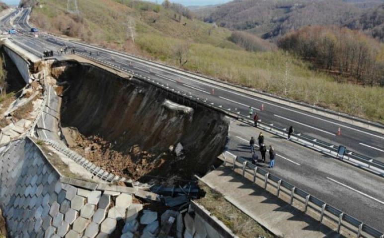 Elsodort egy autópályát a földcsuszamlás Törökországban
