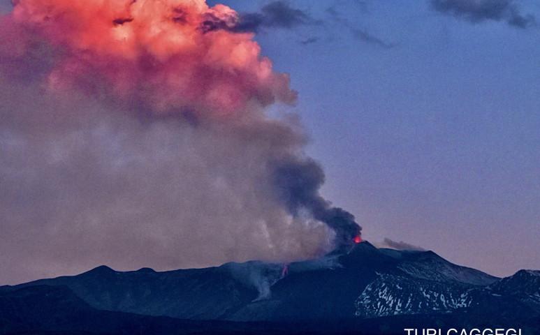 Az Etna kitörései miatt be kellett zárni Catania repterét is