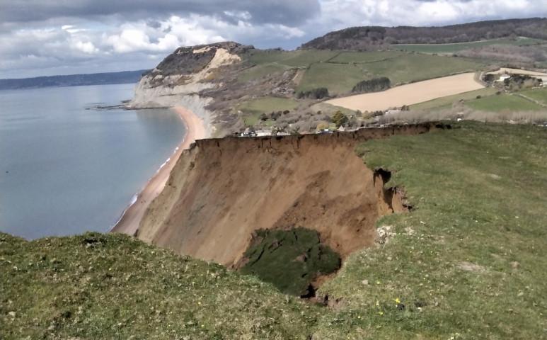 4000 tonnányi szikla omlott le az Egyesült Királyság partjainál