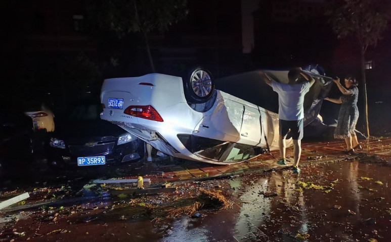 Kínában is elképesztő pusztítással vonulnak a viharrendszerek