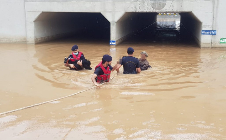 Ománban is durván esik, egy ház is összeomlott, amiről videó is készült