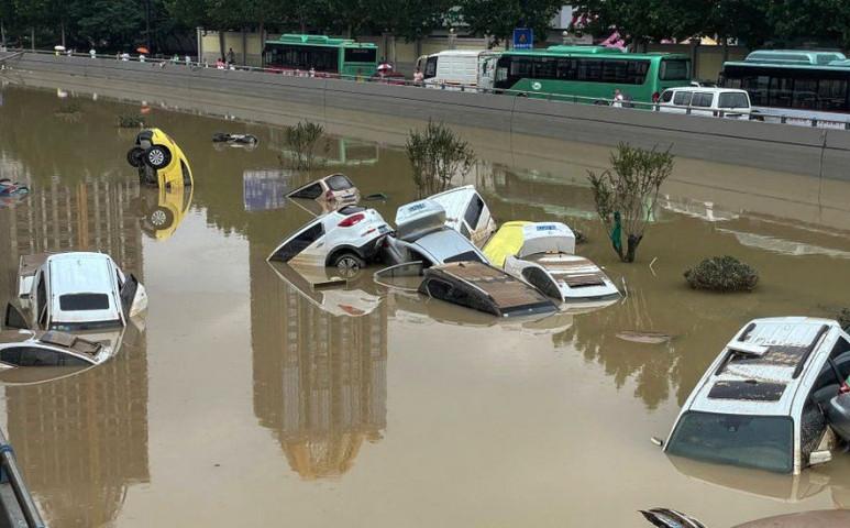 A metróban fulladtak meg az emberek a Kínát érintő hirtelen esőzésben