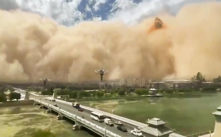 100 méter magas homokfelleg teríti be a várost