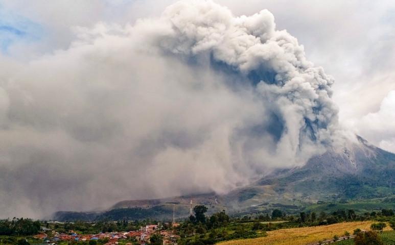 Erőteljes kitörést produkált a Sinabung, vörös repülési színkód van érvényben