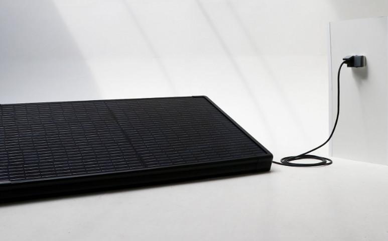 Azonnal üzemkész, hordozható napelem, melyről nem csak a telefon tölthető