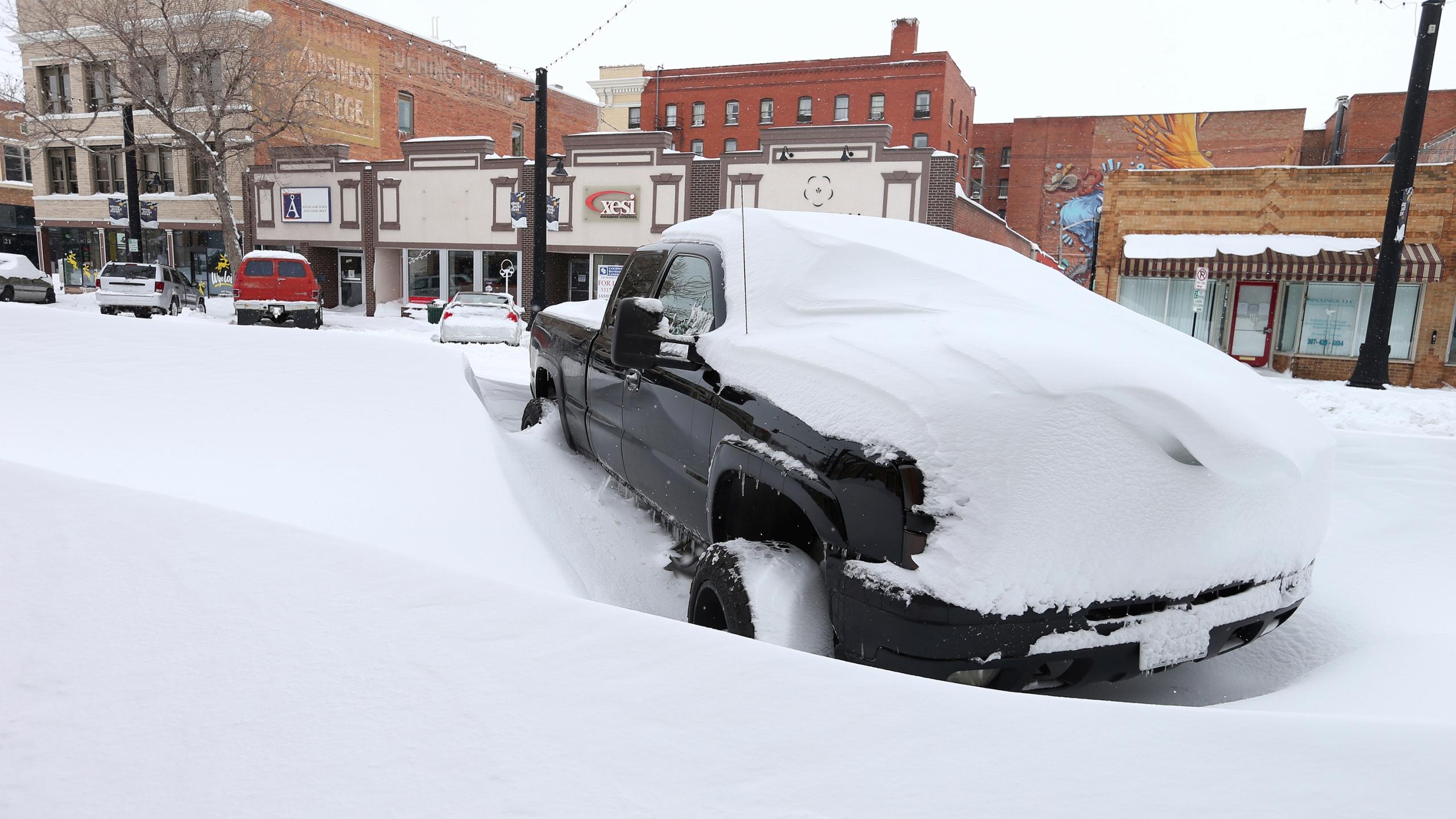 Hóvihar fojtja el a futótüzek lángjait az USA területén