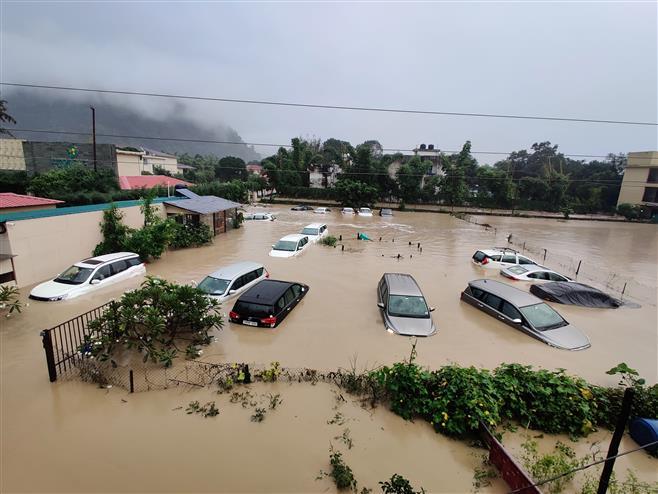 Ilyen, amikor az áradás nem csak a házat, de magát a telket is magával sodorja