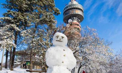 Hómanó a havas TV torony előtt